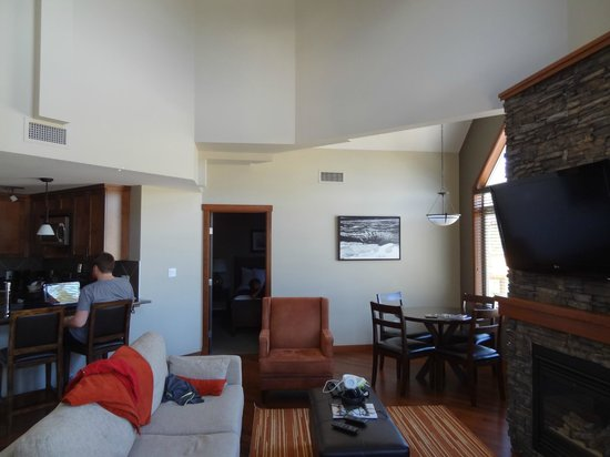 StoneRidge Mountain Resort : living room with view of kitchen