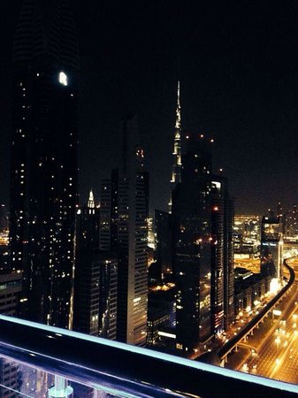 Four Points by Sheraton Sheikh Zayed Road, Dubai : Vista do bar no último andar do hotel