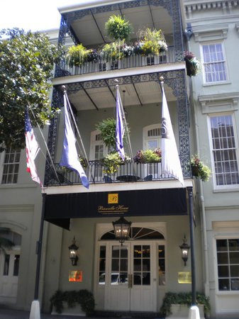 Bienville House: Front of hotel.