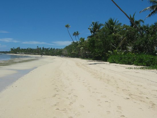 Lomani Island Resort: Beach looking down towards Plantation Redsort