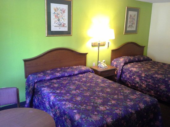 Red Carpet Inn: Renovated 2 Double Bed Room