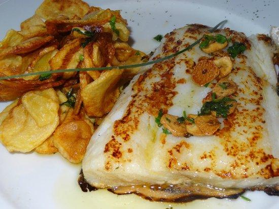 Hotel Restaurante Marroncin: Lomos de bacalao a la plancha con patatitas fritas.