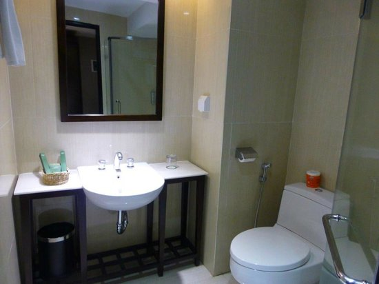 Maqna Hotel: clean bathroom