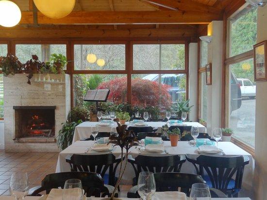 Hotel Restaurante Marroncin: Vista de la chimenea que preside el acogedor comedor