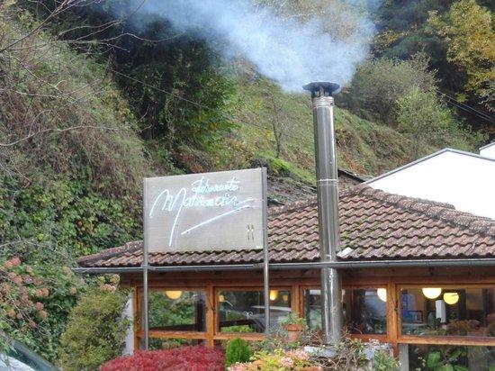 Hotel Restaurante Marroncin: La chimenea del restaurante Marroncin caldeaba el acogedor comedor.