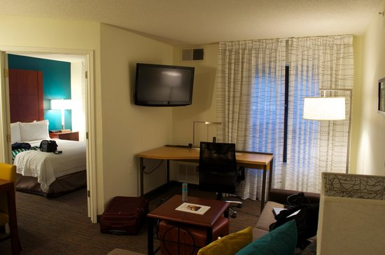 Residence Inn Dallas Addison/Quorum Drive : living room with bed room