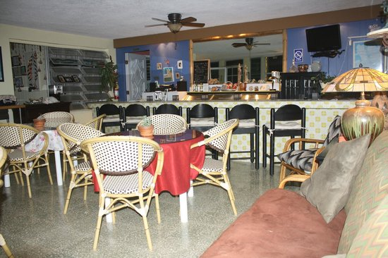 Ceiba Country Inn: Breakfast room and bar area