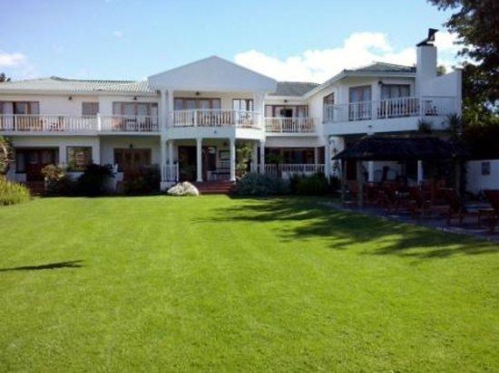 Waterfront Lodge: garden