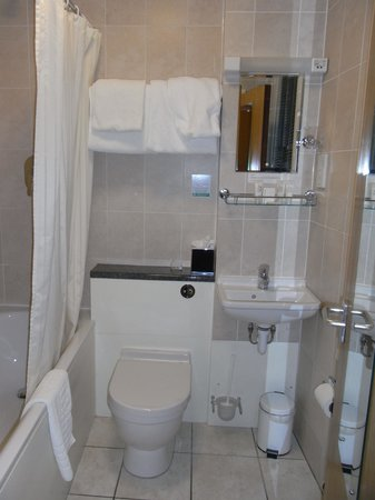 Regent Hotel : tiny bathroom