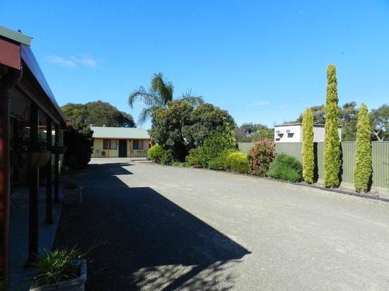 Ficifolia Lodge Kangaroo Island: Driveway back from street