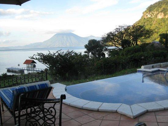 Hotel Atitlan: hot tub and volcano