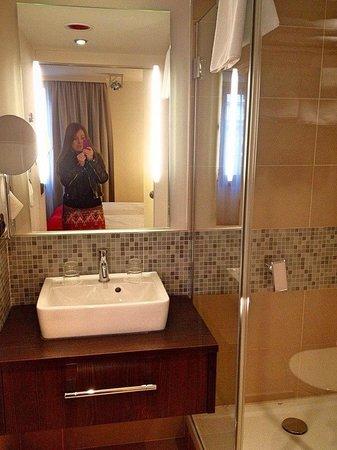 Leonardo Hotel Vienna: ванна, очень чистая и удобная )