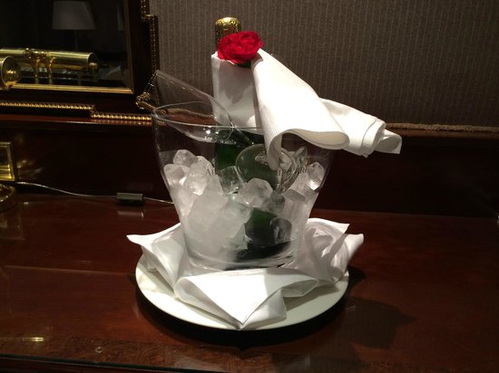 The Chesterfield Mayfair: Champagne in our room on arrival