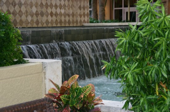 Palm Beach Marriott Singer Island Beach Resort & Spa: Fountains add ambiance
