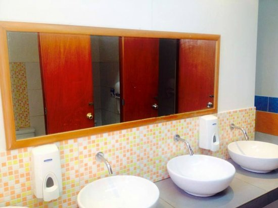 The Point Backpackers Hostel Lima: Clean Bathrooms