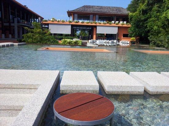 Sri Panwa Phuket : Main pool & lounge area