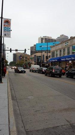 Hotel Versey - Days Inn Chicago: Rua em frente ao Hotel