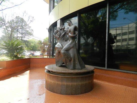 Golden Park Internacional Foz: escultura na frente do hotel