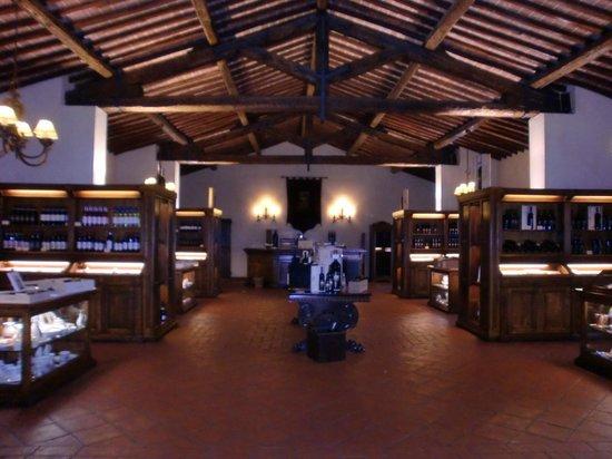 Castello Banfi Wine Estate : interno castello bottiglie in esposizione per vendita