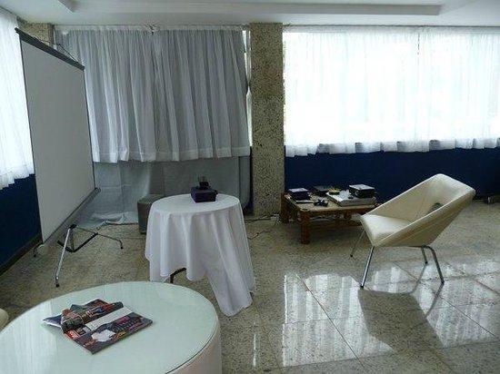 Hotel Pousada Experience Joao Fernandes: Dentro del salón de juegos: ecran