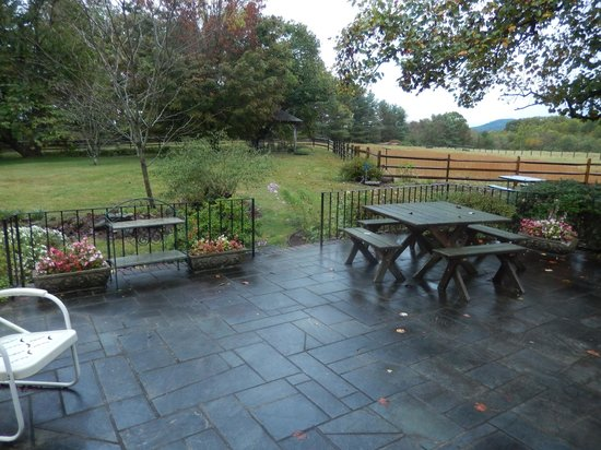 Fairlea Farm Bed and Breakfast: It was raining! No matter, beautiful countryside!!