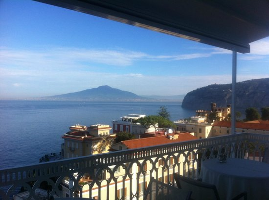 Hotel Mediterraneo Sorrento: Vesuvius from restaurant balcony