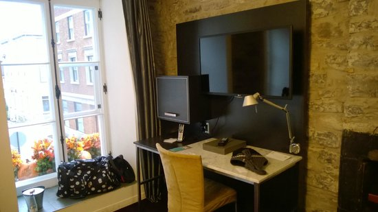 Hotel Le Priori: Window facing the St and desk