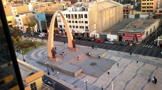 Luxor Apart Hotel: Plaza de Armas, vista del Arco de Triunfo. (día)
