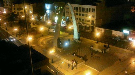 Luxor Apart Hotel: Plaza de Armas, vista del Arco de Triunfo. (noche)