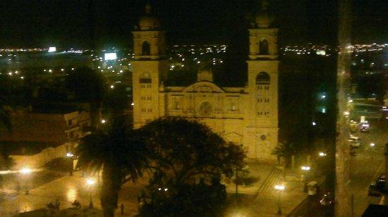 Luxor Apart Hotel: Plaza de Armas, vista de la Catedral. (noche)