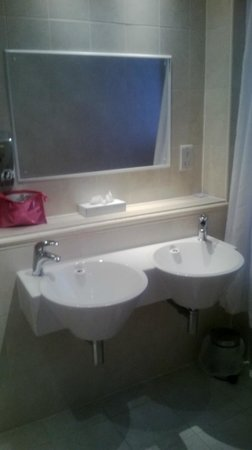 Waterloo Hotel : twin sinks
