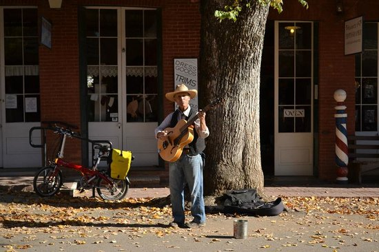 Columbia State Historic Park: Guitar play
