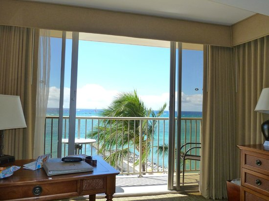 Outrigger Reef Waikiki Beach Resort: View from Bed