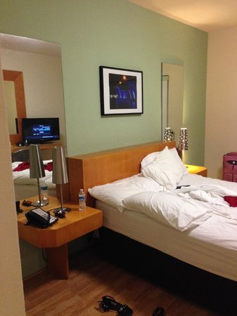 The Kent Hotel: bed