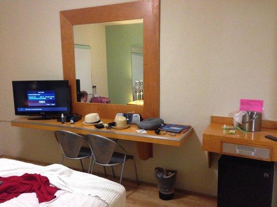 The Kent Hotel: desk