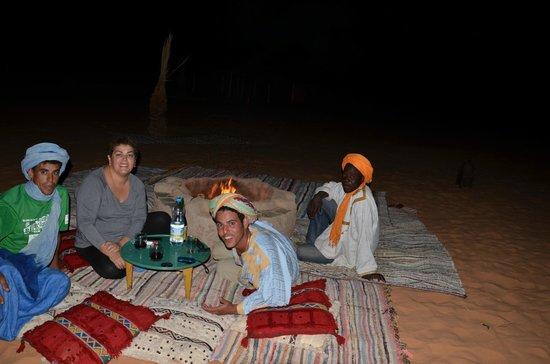 en Jaimas Madu con Idir,Zogo y PapaDiop junto al fuego la primera noche