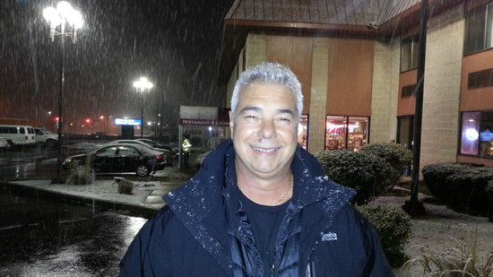 Days Inn Hillsborough: Nevando na frernte do hotel