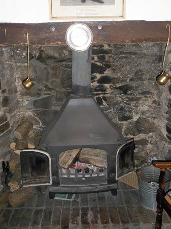 The Portsmouth Arms Inn: Fireplace