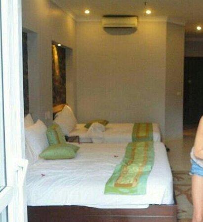 Hanoi City Palace Hotel: family room great balcony