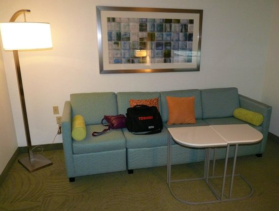 SpringHill Suites Phoenix Chandler/Fashion Center : sofabed and split coffee table