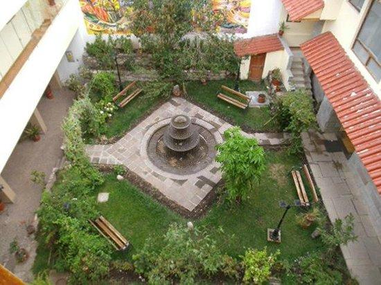 Hotel Taypikala Cusco: Vista do pátio pela janela do apartamento