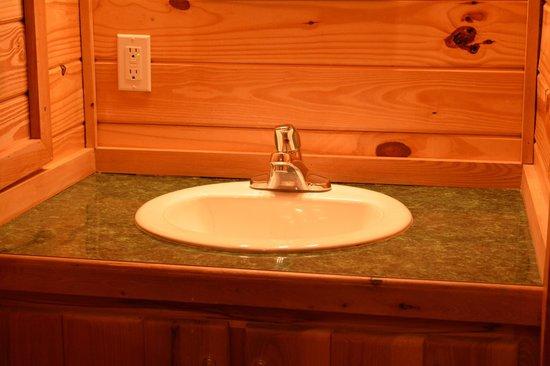 Hot Springs National Park KOA : Private Bath in Deluxe Cabin
