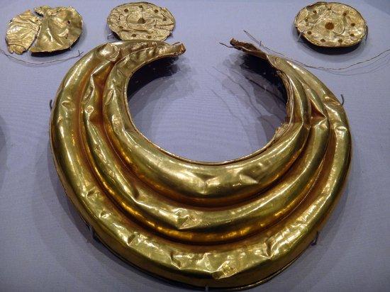 Museo Nacional de Arqueología de Irlanda: Some gold artifacts from 800 - 700 BC