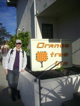Orange Tree Inn: У входа в отель