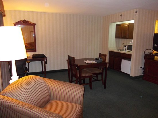 Radisson Hotel and Suites Chelmsford / Lowell: Dining and Kitchenette
