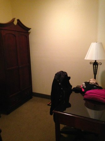 Embassy Suites by Hilton Charleston - Historic Charleston: Armoire w desk (no closet)