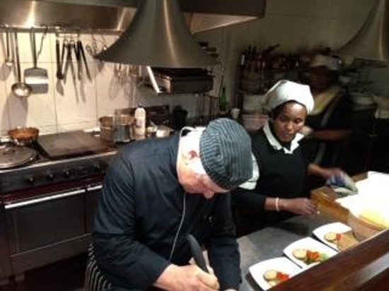Schulphoek Seafront Guesthouse & Restaurant: Mannes Creating Dinner