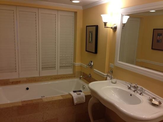 Ocean Key Resort & Spa : jacuzzi with shutters to the bedroom