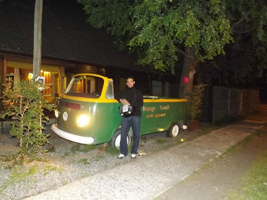 Lounge Brasil: Frente do hostal à noite