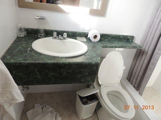 Embassy Hotel: baño (muy pequeño)